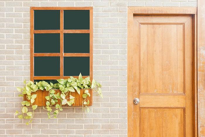 Дървена врата и прозорец