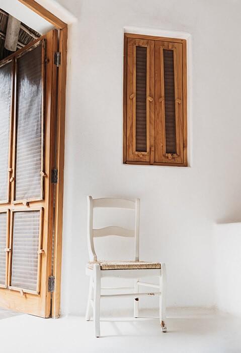 Дървена врата с прозорец