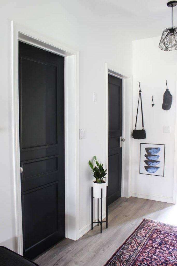 Черни интериорни врати, комбинация с бели стени
