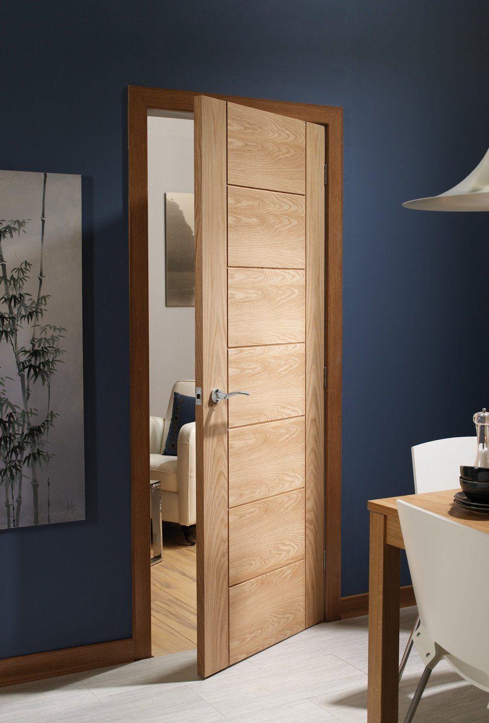 Стилна интериорна врата, изработена от дърво