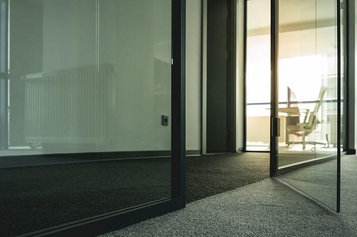 Стъклена интериорна врата във офис