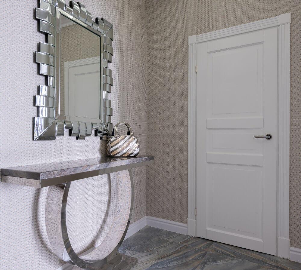 Бяла интериорна врата и красиво огледало