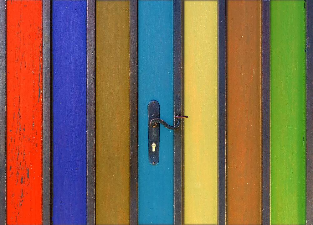 Различни цветове врати